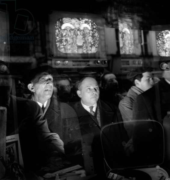 People Watching The Induction Of Pope John Xxiii (Angelo Giuseppe Roncalli) On Television November 4, 1958. \Rneg: A59972 (b/w photo)
