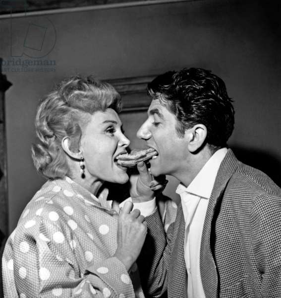 Les acteurs Zsa Zsa Gabor et Daniel Gelin sur Set of Film Love in A Hot Climate 25 août 1953 (photo b/s)