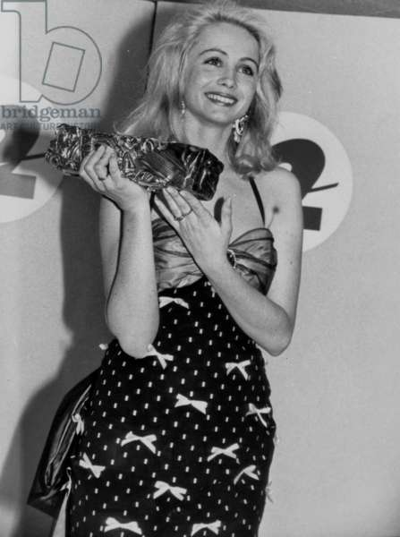 "French Actress Emmanuelle Beart With her Cesar (French Movie Prize) For Best Supporting Role (""Manon Des Sources"") on March 9, 1987 (b/w photo)"