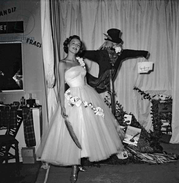 Woman and beauty show, Paris, Octobre 1949beauty show, Paris, Octobre 1949 (b/w photo)