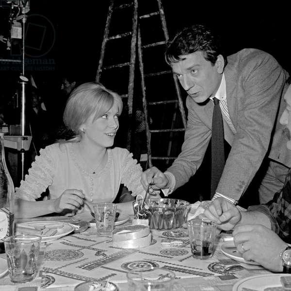 L'actrice française Catherine Deneuve et l'acteur français Jean Pierre Cassel sur le tournage du film «Male Companion» de PhilippedeBroca le 5 mai 1964
