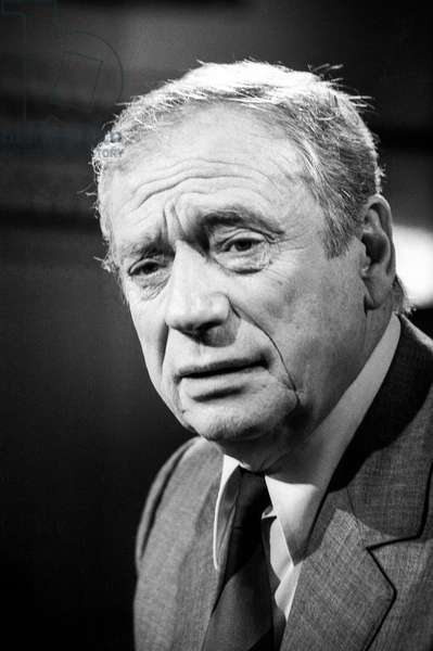 """French actor Yves Montand during tvprogram """"Apostrophes"""" on April 27, 1987 (b/w photo)"""