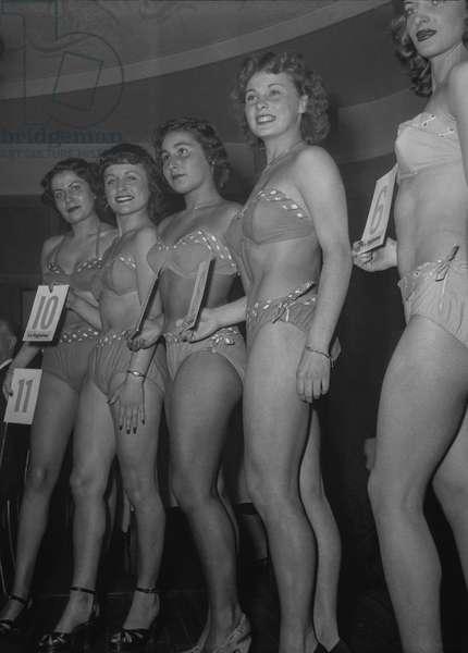 Election of the Parisian woman, November 7, 1950 : the young women (wearing bikinis) (b/w photo)