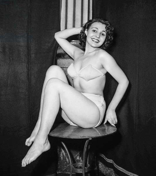Election of 1950 Paris pin up on November 5, 1950 at the Salle Wagram : the winner Gina Mary (18 years old) (b/w photo)