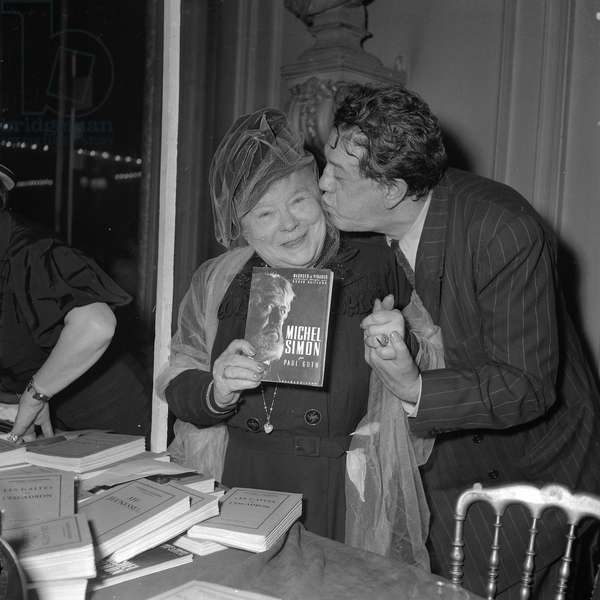 Madame Courteline and Michel Simon at the Books sale of the Society of Dramatic Authors and Composers, 1952