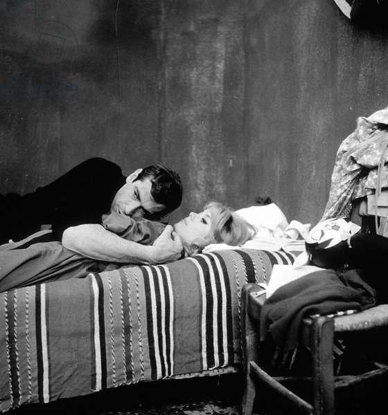 Le réalisateur français Roger Vadim et l'actrice française Catherine Deneuve sur le tournage du film «Vice et Virtue» en 1962