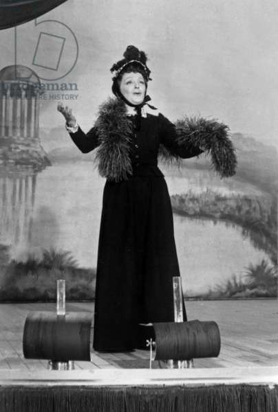 French Cancan Avec Edith Piaf Le 13 Decembre 1954 (b/w photo)