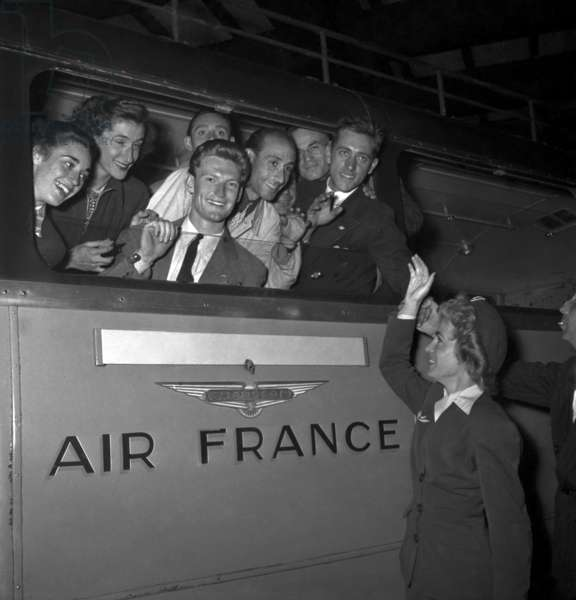French Athlets Leaving Paris (In Air France Bus) To London For Olympic Games, July 26, 1948 : Micheline Ostermeyer, Raphael Pujazon, Georges Spreicher, Pierre Legrain, Jacques Andre, Vernier and Mariearie (b/w photo)