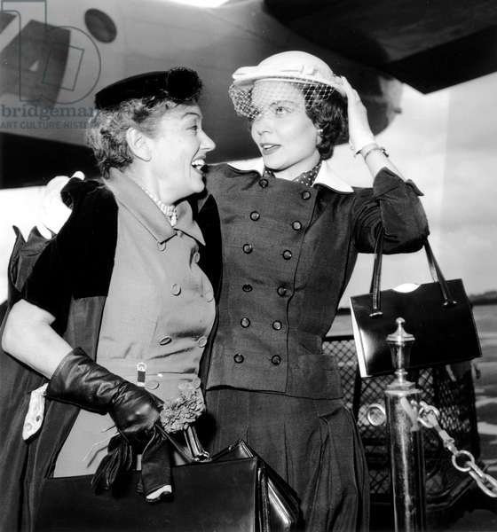 Gloria Swanson et sa fille à l'aéroport d'Orly le 13 juin 1954 (photo b/s)