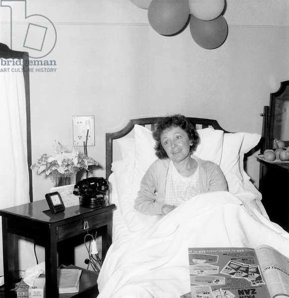 Edith Piaf at The Hospital in Paris on October 14, 1959 After her Operation on September 22, 1959 (b/w photo)