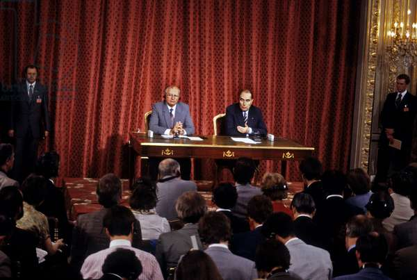 Mikhail Gorbatchev and Francois Mitterrand during Press Conference at The Elysee, Paris, October 5, 1985 (photo)