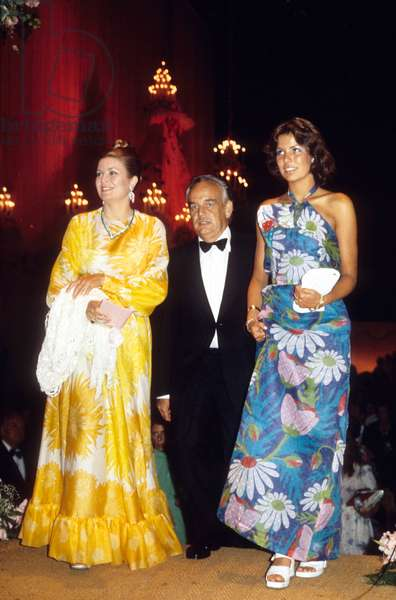 Prince Rainier Iii of Monaco and Princess Grace With Their Daughter Caroline at Red Cross Gala in 1973 (photo)