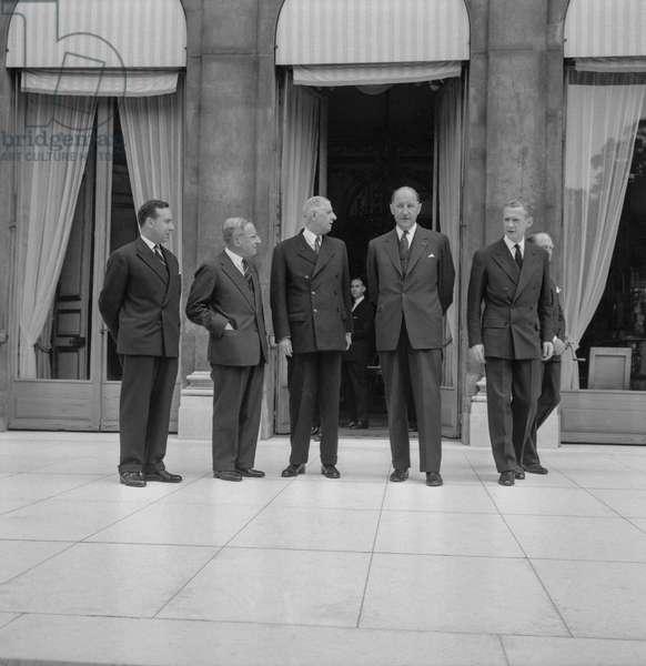 Michel Debre, Jean de Quay (Dutch prime minister), Charles de Gaulle, French president, Joseph Luns and Maurice Couve de Murville at the Elysee, Paris, August 31, 1960 (b/w photo)