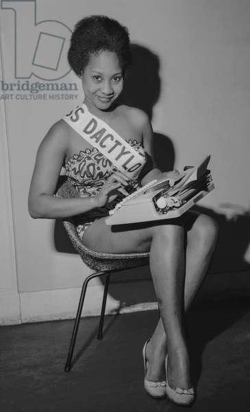 Miss Dactylo 1960 : Miss Simone Simion, Paris, October 16, 1960 (b/w photo)