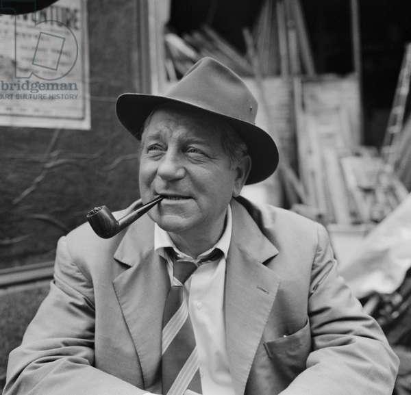 L'acteur français Jean Gabin sur le plateau de «Maigret Tend Un Piege» en septembre 1957 (b/w photo)