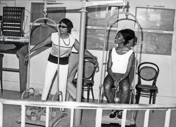 Josephine Baker And Dionne Warwick At The Scales Of The Cagnes Sur Mer Racecourse On August 27, 1964 (b/w photo)