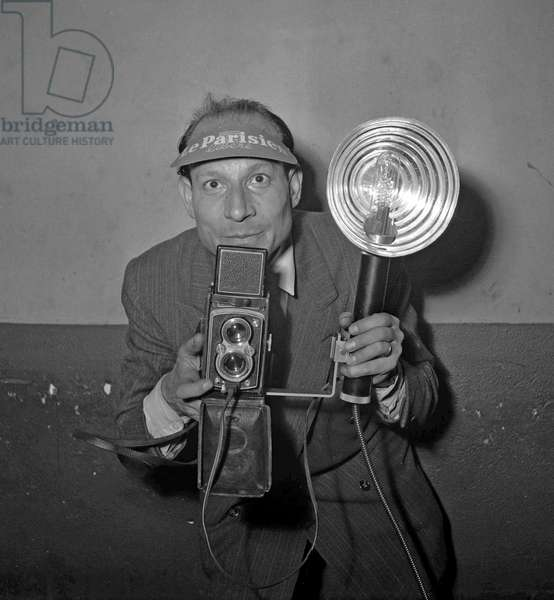 Robert Cohen, founder of AGIP agency, here with a camera, Paris, June 1949 (b/w photo)