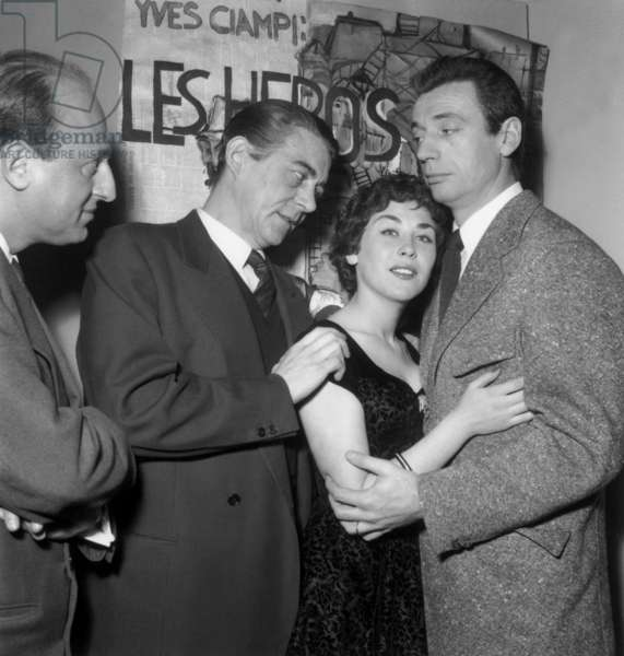 """Shooting The Film """"Les Heros Est Fatigues"""": The director Yves Ciampi In The Company Of Actors Jean Servais, Elisabeth Manet And Yves Montand Le 2 February 1955 Neg: A3073 (b/w photo)"""