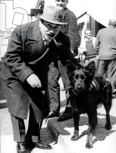 Gino Cervi sur le tournage du film «Commissaire Maigret» (version italienne), avec Arnoldo Foa à Senlis 8 avril 1968 (photo)
