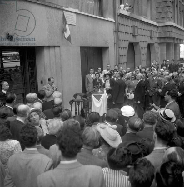 Unveiling of a commemorative plaque in tribute to French writer Jean Giraudoux in Paris on June 28, 1949 in presence of his widow, Suzanne (b/w photo)