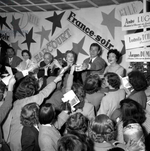 Kermesse Aux Etoiles in Tuileries Garden in Paris : Jacques Dumesnil, Francoise Arnoul, Andre Luguet, Line Renaud and Ludmilla Tcherina Signing Autographs June 12, 1954 (b/w photo)