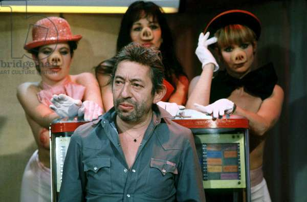 Serge Gainsbourg pendant l'émission de télévision Cocoricocoboy, dans The Background : The Cocogirls Février 1985 (photo)