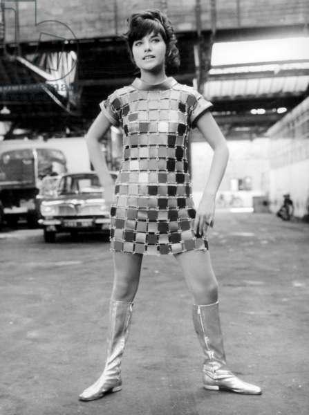 Nicole Calfan (Porter la Minidress Paco Rabanne) sur le plateau du film «Les Panneyttes» 26 septembre 1967 (photo b/w)