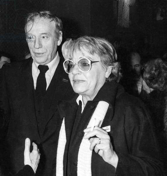American director George Cukor is made Commander of the Order of Arts and Letters at the Cinematheque Francaise in Paris, January 14, 1982 : Yves Montand and Simone Signoret (b/w photo)