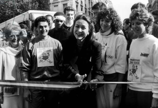 Ms Michele Barzach (Minister Delegate Responsible for Health and Family) gives the start of the Heart Line Race on the occasion of the Heart Week 1986 Organized by the French Federation of Cardiology After the Inauguration of the Expo Ligne De Coeur, Ligne De Vie At the Metro Station Miromesnil de Paris Here Giving The Depart Of The Race By Cutting the Symbolic Ribbon October 7, 1986 (b/w photo)