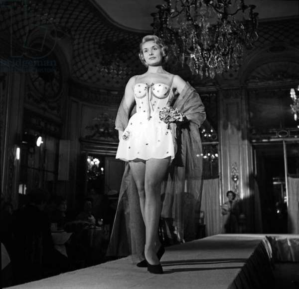 Présentation de Laure Belin Lingerie au Meurice Hotel à Paris, le 11 octobre 1956 (photo b/w)