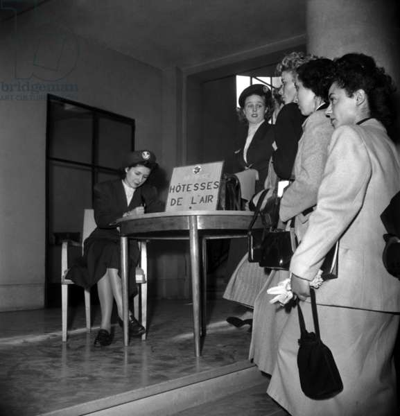 Examen pour devenir hôtesse de l'air à la compagnie aérienne Air France, Paris, 11 octobre 1948 (photo b/s)