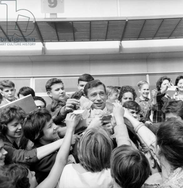 Yves Montand at Orly Paris Airport With Admirers, September 21, 1961 Before his Departure For Usa (b/w photo)