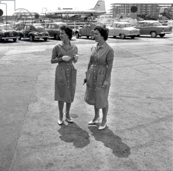 Air France hôtesses avec costume d'été, Orly Airport, Paris, 27 juillet 1959 (photo b/s)