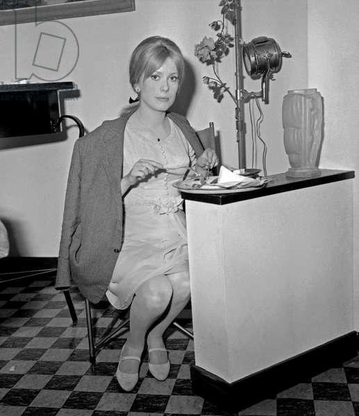L'actrice française Catherine Deneuve sur le tournage du film «Male Companion» de PhilippedeBroca le 5 mai 1964