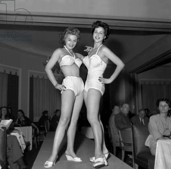 Presentation of swimming suits for summer 1954 in Paris, on the 20th October, 1953. Models Almyne and Colette, 1953 (b/w photo)