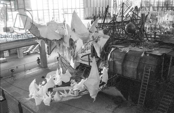 """The """"Crocodrome, de Zig et Puce"""" by Niki de Saint-Phalle, Jean Tinguely et Bernhard Luginbiihl is under construction at the Centre Georges Pompidou in Paris, June 8, 1977"""
