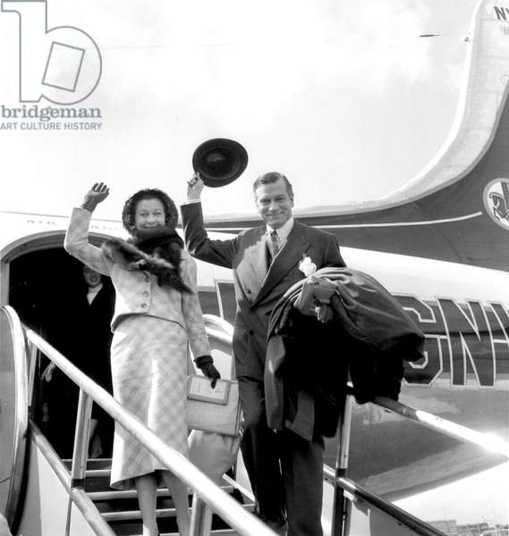 Vivien Leigh and Laurence Olivier Arriving in Paris Airport May 13, 1957 (b/w photo)