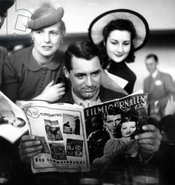 Cary Grant à Paris en 1946 Reading Swedish Magazine (photo b/w)