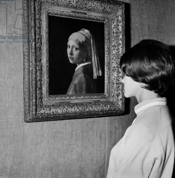 """Large Exhibition """"Dans La Lumiere De Vermeer"""" Organized By The French Government And By The Johan Maurits Van Nassey Foundation Of The Hague At The Musee De L Orangerie Des Tuileries In Paris Here His Work """"La Jeune Fille Au Truban"""" On September 22, 1966 (b/w photo)"""
