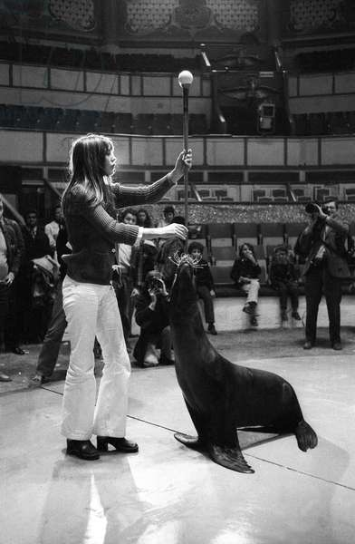 Jane Birkin Repeats Her Number With Seals Dresses On The Winter Circus Track For The Union Of Artists Gala April 25, 1972. Neg: Cx5069 (b/w photo)