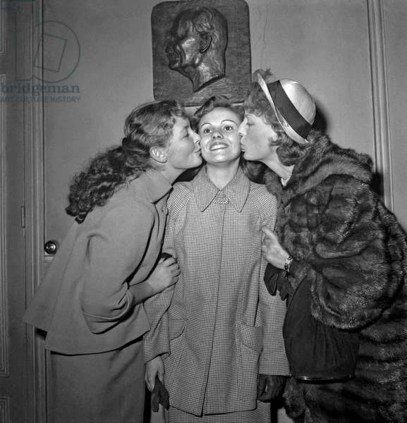Prix Suzanne-Bianchetti (prize given by the SACD to a young actress) in Paris on October 21, 1949 : Arlette Thomas (laureate) kissed by Odile Versois and Junie Astor (b/w photo)