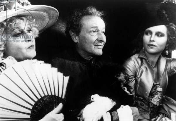 Anna Schygulla, Jean Louis Barrault et Laura Betti sur le plateau du film La nuit de Varennes d' EttoreScola en 1982