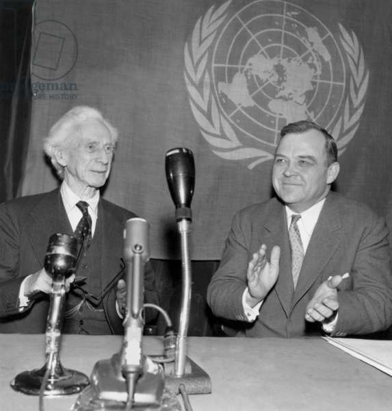 Professor Rougeron (In the Centre) Wins The Kalinga Felicite Prize By Lord Bertrand Russell (Left) Under The Look Of Mr Evans Director General Of Unesco (b/w photo)