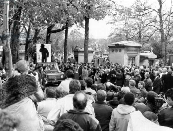 The Crowd Is in The Cemetery of The Pere Lachaise in Paris, When Arrives The Funeral Procession of Yves Montand (1921-1991) Died on November 9Th, during his Funeral on November 13Th, 1991 (b/w photo)