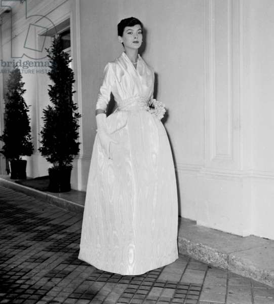 Presentation in August 1955 of Fashion By Jacques Fath For Autumn-Winter 1955-1956 : Evening Dress (b/w photo)