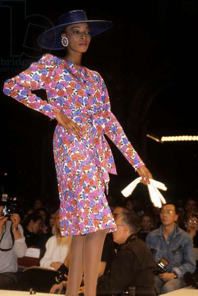 Presentation of Nina Ricci Collection For 1985 Summer : Flowered Hat and Dress (photo)