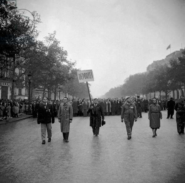 Ceremony given on November 11, 1949 in Paris : deportees (b/w photo)