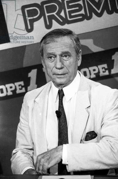 "Radio program ""Le club du cinema Europe 1 Premiere"" in Paris on August 11, 1986 : Yves Montand (b/w photo)"