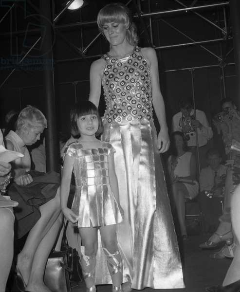 Presentation of Paco Rabanne's 1967-1968 winter collection with child model Soledad on July 27, 1967