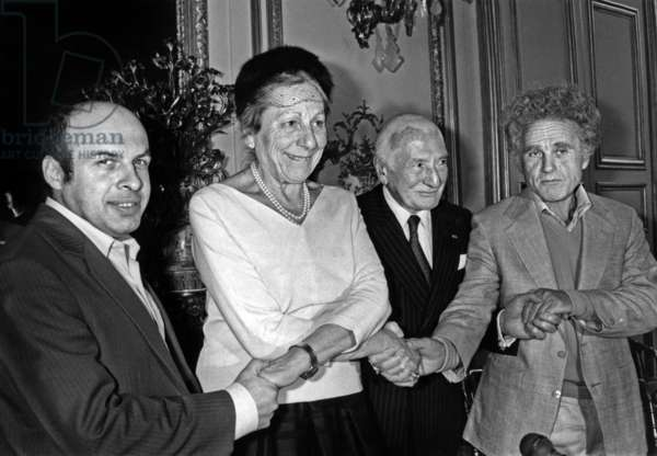 Mrs. Line Loeve President-Founder of the Daily Courage Prize Connects the Hands of Three Prizes of Honour Decerne From Left to Right Anatoly Shcharanski (Ex-Refusnik Released From Sovietique Camps After 9 Months of Internment) Jean Pierre Bloch President De La Licra And Yuri Orlov May 21, 1987 In The Salons Du Senat (b/w photo)